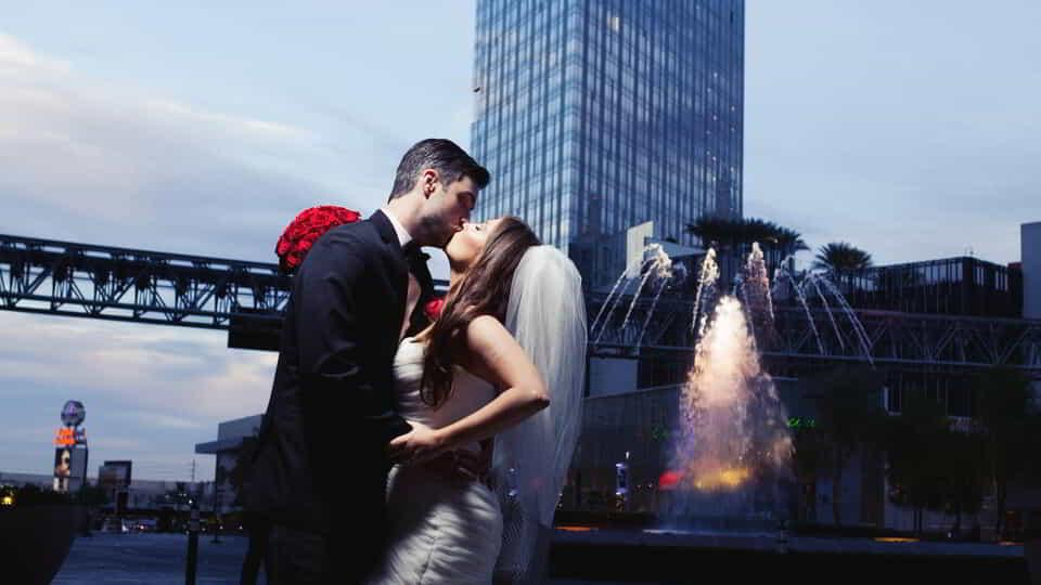 aria-weddings-couple-kissing-lumia