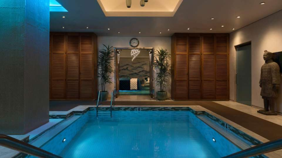 Image of the jacuzzi in the Spa Suite.
