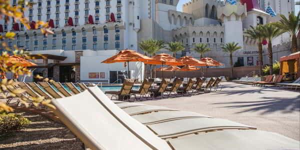excalibur-amenities-pool-lounge-chairs