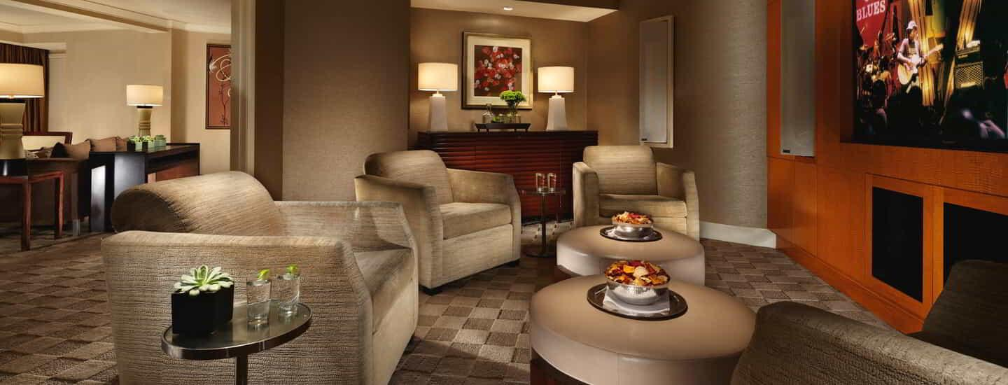 mandalay-bay-hotel-room-media-suite-media-room