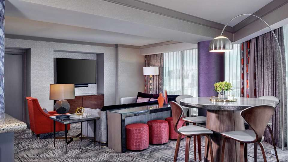 mandalay-bay-hotel-rooms-vista-suite-living-room