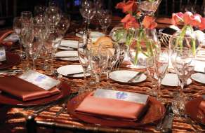 mandalay-bay-meetings-and-conventions-festive-dinner-table-setting