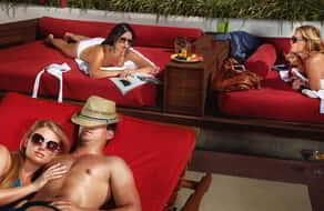 mandalay-bay-pools-moorea-beach-club-lifestyle-people-relaxing