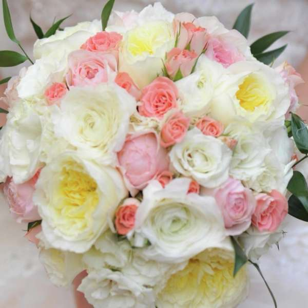 mandalay-bay-weddings-services-bouquet-white--pink-hand-held