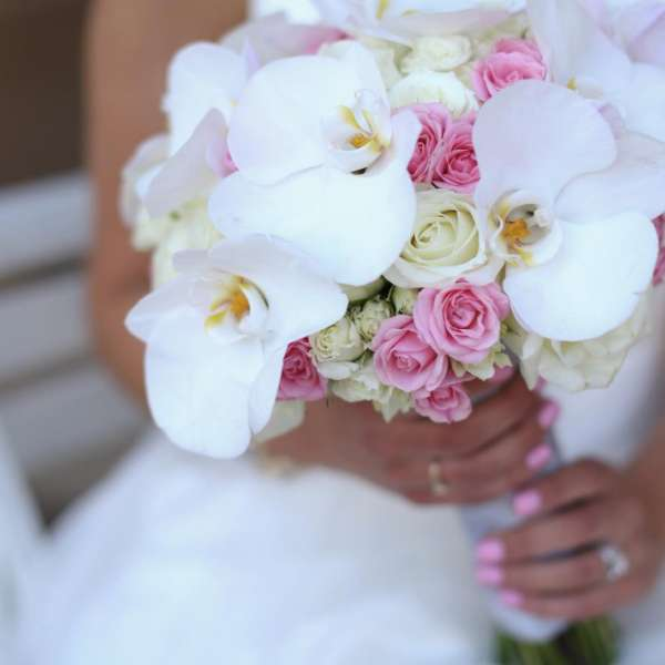 mandalay-bay-weddings-services-bouquet-white-pink-wrap-bride-on-bench
