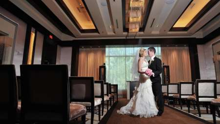 mandalay-bay-weddings-chapel-couple-in-isle