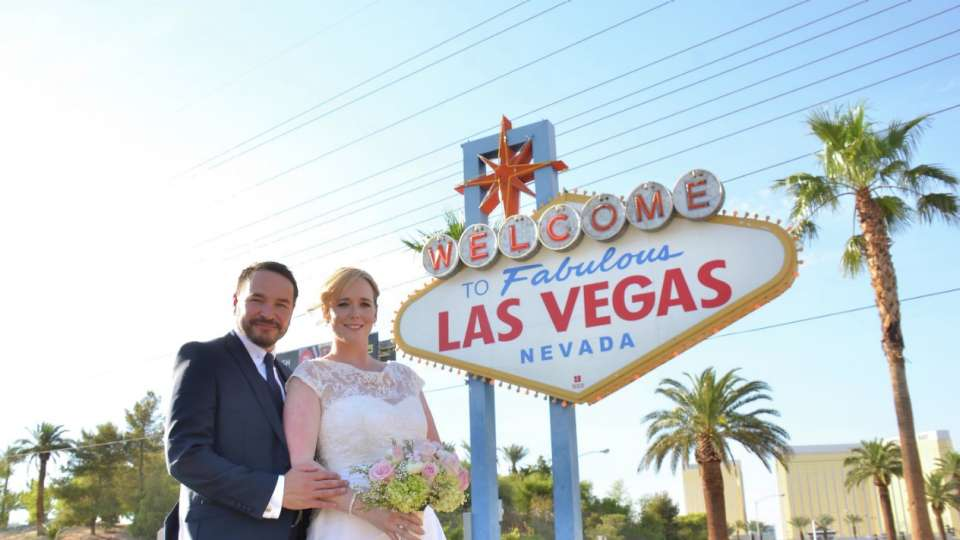 mandalay-bay-weddings-chapel-lifestyle-couple-welcome-las-vegas-sign