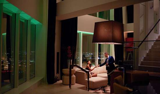 mgm-grand-hotel-skylofts-living-room-couple-with-drinks-x2.jpg.image.550.325.high