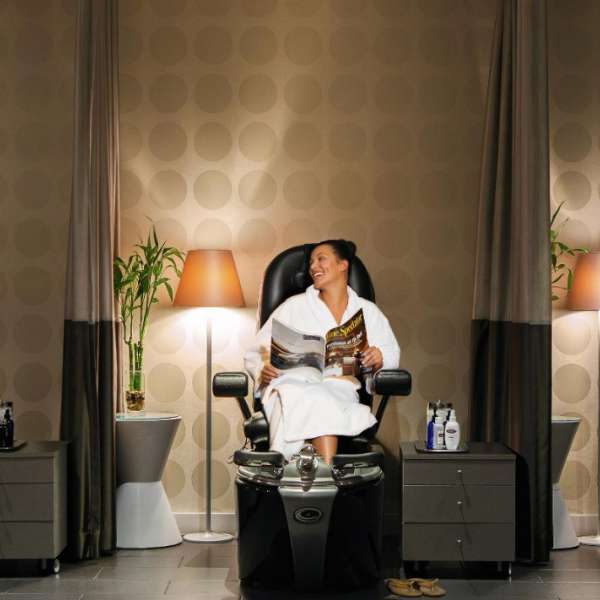 mirage-spa-and-salon-lifestyle-women-reading
